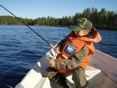 Lapsikin tarvitsee kunnolliset kalastusvälineet. Muuten kipinä voi sammua. Kuva: Juha Ojaharju