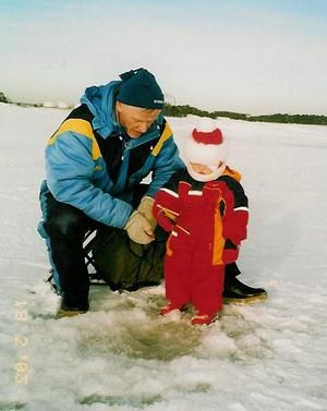 Jopa alle 2-vuotias voi käydä pilkillä, kunhan tukena ja turvana on tuttu aikuinen ja kalaretki on riittävän lyhyt. Kuva: Jaana Vetikko