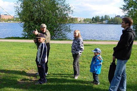 Perhokalastuksen opastusta Eteläpuistossa järjestetyssä kalakoulussa. Kuva: Janne Rautanen